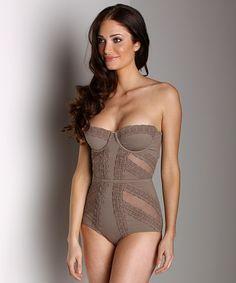 looove the swim suit. it´s chic, sexy, beautiful