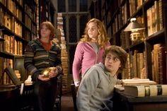 Harry Potter e o Cálice de Fogo (2005). A biblioteca de Hogwarts (Escola de Magia e Bruxaria, a propósito) aparece em todos - ou quase todos - os filmes/livros da série. Sem os livros, de fato, e sem alguém para achá-los - Hermione, diga-se de passagem -, Harry estaria morto desde o primeiro livro.