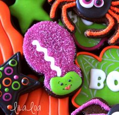 LilaLoa: Quick and Easy Tutorial for Bride of Frankenstein Halloween Cookies (Chocolate Decorados Cake Tutorial) Halloween Cookies Decorated, Halloween Sugar Cookies, Halloween Baking, Halloween Goodies, Halloween Desserts, Halloween Treats, Decorated Cookies, Halloween Wishes, Halloween Parties