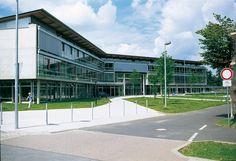 Gymnasium, Bad Neuenahr-Ahrweiler  — Peter-Joerres-Gymnasium. Ca. 25.000 m³ BRI. 3-geschossige Stahlbeton-Skelettbauweise mit Flachdecken. Glasfassade zwischen den Sichtbeton-konstruktionen. Alle Bauteile wurden innen und außen in glattem, hellem Sichtbeton ausgeführt.