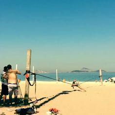 Esse é para inspirar nossas #slackgirls! Trickando com @giovannapetrucci nas areias cariocas.  (video: @saleschris)  #slackclick #slackline #trickline #gibbonslacklines #slackgirlsbr #fly #esporte #natureza #praia #rj