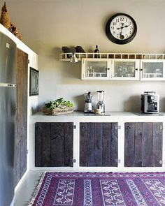 Check Out Rustic Kitchen Design Ideas. The rustic design by definition is bringing together country style furniture and modern kitchen decor. It's a perfect merger of style by bringing together modern technology with classic subtlety. Purple Kitchen, Kitchen Colors, Kitchen Decor, Kitchen Rustic, Kitchen Rug, Kitchen Ideas, Kitchen Modern, Kitchen Pantry, Kitchen Living