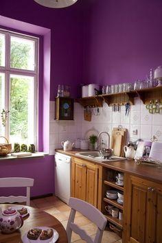 peinture cuisine audacieuse en violet et meubles en bois