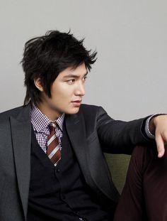 Lee Min Ho.  Actor coreano, que es más conocido por sus papeles protagonistas en Boys Over Flowers como Gu Jun-Pyo, el líder de un grupo de estudiantes conocidos como F4, y la acción dramática City Hunter.