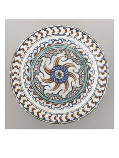 Plat à la rosace sur fond de spirales - Musée national de la Renaissance (Ecouen)