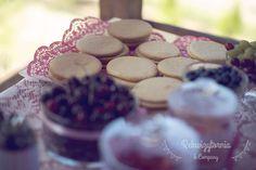 Słodki stół w wyjątkowej wersji -stacji z owocową pizzą. #rekwizytorniaandcompany #wesele #urodziny #dekoracje