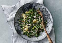Denne skønne farverige salat er genial som tilbehør til de fleste af vinterens simreretter. Den smager også godt til lam eller et stykke fisk.
