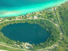 Cenote Azul, Bacalar, México.  Maravilla natural, cuya forma es una pequeña laguna rodeada por vegetación. Con una profundidad de 90 m, es ideal para la práctica de buceo.  Entrada gratuita  Carr. Federal 307 Chetumal - Cancún Km 34  A 5 min de Bacalar