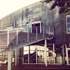 2014年10月に神楽坂にオープンした「la kagu(ラカグ)」は、新感覚のキュレーションストア。サザビーリーグ×新潮社がパートナーシップを組んで手がける「la kagu(ラカグ)」は、昭和40年代の新潮社倉庫を改修してつくられました。ファッション、生活雑貨、カフェ、家具、ブックスペースなどを各界の最前線で活躍する人びとがキュレーションしていることでオープン前から注目されていたスポットです。豪華キュレーター陣が手がけた必見のショップをご紹介します。