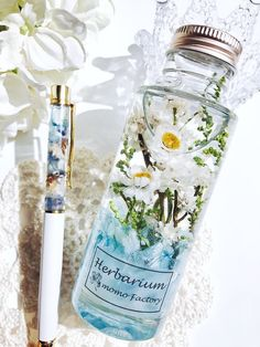 Diy Craft Projects, Diy Crafts, Flower Bottle, Fancy Drinks, Paper Models, Dried Flowers, Voss Bottle, Lip Balm, Flower Art