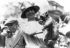 First Lady Grace Coolidge displays her pet raccoon Rebecca to children gathered on the White House grounds for Easter egg roll. The First Lady is seen wearing a bowler hat and long sleeved white dress. White House Easter Egg, Pet Raccoon, Rocky Raccoon, Us Airways, American Presidents, Black Presidents, American History, Dog Names, The Ordinary