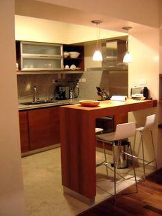 Cozinha americana pequena com bancada em madeira