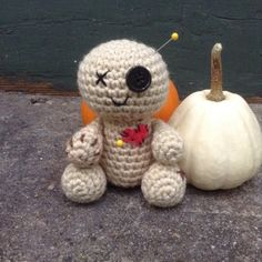 They say voodoo only works if you believe right? Well I certainly believe in the cuteness factor of this guy. Same thing right? Voodoo Baby: Supplies: Worsted weight yarn, any color Small button … Crochet Applique Patterns Free, Doll Patterns Free, Free Pattern, Knitting Patterns, Crochet Baby Boots, Love Crochet, Crochet Things, Crochet Flowers, Halloween Doll