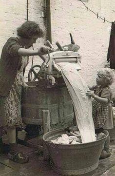Helping grandmother with the wringer washer. - Helping grandmother with the wringer washer. Vintage Pictures, Old Pictures, Vintage Images, Old Photos, Fee Du Logis, Ddr Museum, Photo Vintage, Vintage Laundry, Vintage Kitchen