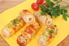 ちくわ、餃子の皮、マヨネーズ、とけるチーズの4点。トッピング用に一味唐辛子と青のりがあればなおよし。 ①餃子の皮にちくわ1/2を置き、巻く。水でとめる。 ②トースターにアルミを敷き、①を置き、マヨネーズ→チーズの順にかける。 ③温めておいたトースターで5~6分。いい焼き色がついたら、好みで青のり・一味をかける。