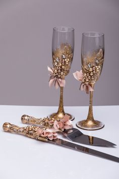 For these glasses color: gold and beige All completely handmade! MEASUREMENTS: -Champagne flutes : Height - 9.2 inch (23.5 sm). Volume – 170ml (6.1 oz) - set for cake: cake server - 10 cake knife - 13  Custom champagne glasses may be created to fit your needs. Your unique wedding colors can be used for this design. Names and date may be painted to customize to your occasion. Customizations are included in the price.  Glasses will be carefully packed for shipping. Also, here you can order a…