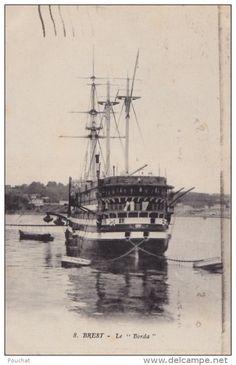 """Le """"Borda"""" en rade de Brest. Ancien vaisseau de 110 canons mis à flot en 1806, il eut une carrière longue et tranquille, à Toulon de 1808 à 1814, puis Brest. En 1839, il prend le nom de Borda, car il va peu après remplacer l'Orion comme bâtiment amiral de l'Ecole Navale. Après plus de vingt ans au service de l'Ecole Navale, le 10 août 1863, il est rebaptisé Vulcain, pour servir comme bâtiment central de la réserve jusqu'en 1884. Condamné en avril 1884, il est démoli l'année suivante à Brest."""