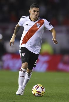 Juan Fernando Quintero Photos - Juan Fernando Quintero of River Plate drives the ball during a match between River Plate and Belgrano as part of Superliga Argentina 2018/19 at Estadio Monumental Antonio Vespucio Liberti on August 18, 2018 in Buenos Aires, Argentina. - River Plate vs. Belgrano - Superliga 2018/19