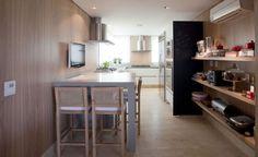 Na cozinha, destaque para painel de lousa que transmite clima descontraído.