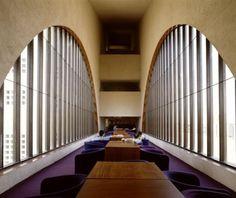 4. BIBLIOTECA CENTRAL DE MONTERREY, 1994. Aquí se vuelve a presentar como gracias a las distintas figuras y ventanales, logra crear espacios únicos y confortables.