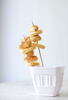 Make your food prep a breeze with these delicious and visually sutnning fun food skewers for a party. Hosting a party has never been so easy or delicious. Yummy Appetizers, Appetizer Recipes, Skewer Appetizers, Kabob Recipes, Appetisers, Baked Panko Chicken, Crusted Chicken, Food On Sticks, Stick Food
