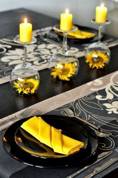 Sunflowers under wineglass - table decoration in black and yellow- Sonnenblumen unter Weinglas – Tischdeko in schwarz und gelb Sunflowers under wineglass – table decoration in black and yellow - Black Napkins, Wedding Decorations, Table Decorations, Sunflower Wedding Centerpieces, Centerpiece Wedding, Wedding Ideas, Wedding Tables, Trendy Wedding, Diy Table