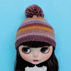 Sombrero lana de la muñeca Blythe con pom pom. Mano punto rayas sombrero diseñado específicamente para caber una muñeca Neo Blythe, decorada con un pom pom lindo. Nos encanta jugar con el color y todos nuestros sombreros lanudos son tejidas en una combinación de colores de rayas diferentes, no hay 2 son iguales. Usted recibirá el sombrero exacto en la foto. Colores: tonalidades de marrón, naranja, amarillo y luz rosa Hilo: 80% merino de lana y 20% nylon Si usted tiene alguna pregunta sobr...