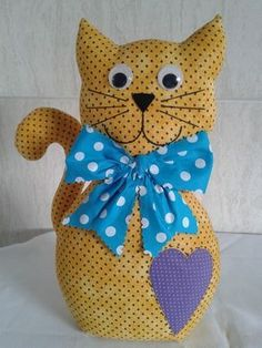 Gato peso: Tecido 100% algodão. Olhos de plástico .Contém no interior na parte de baixo um saco plástico com areia lavada e acima enchimento de fibra siliconada .CONSULTAR DISPONIBILIDADE DE ESTAMPAS ANTES DE EFETUAR O PAGAMENTO Sewing Art, Sewing Toys, Sewing Crafts, Sewing Projects, Craft Projects, Softie Pattern, Cat Pattern, Sewing Stuffed Animals, Stuffed Animal Patterns
