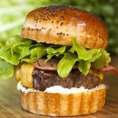 New York City Burger: Lechuga, tomate, jamón york braseado, queso cheddar y salsa mayonesa.
