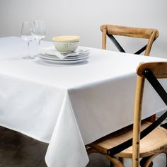 This white tablecloth is a classic must have, and whether for an everyday meal or a special occasion, it brings elegance to your table. New Years Sales, Hip Workout, Cotton Sheet Sets, Cotton Pillow, Easy Workouts, Bed Spreads, Kitchen Dining, Special Occasion, Pillow Covers