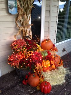 Fall decoration for entrances Halloween Home Decor, Fall Home Decor, Autumn Home, Fall Halloween, Autumn Decorating, Porch Decorating, Front Door Decor, Front Porch, Autumn Display