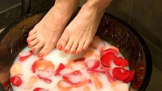 This Fresh Feet foot bath will leave your feet feeling wonderful, clean and invigorated. The deodourising effects of this blend will reduce bacteria which Bath Recipes, Foot Soak, Rose Water, Peta, Natural Skin Care, Aromatherapy, Natural Remedies, Healthy Living, Essential Oils