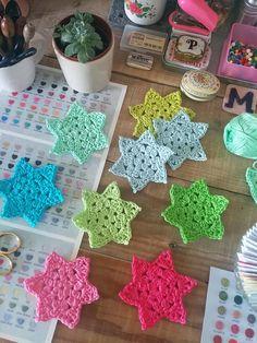 a step by step crochet star tutorial @ CrochetObjet by MoMalron