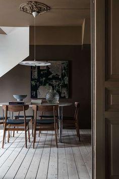 〚 Kitchen drama: Scandinavian apartment with moody dark kitchen 〛 ◾ Photos ◾Ideas◾ Design Dark Brown Walls, Decor, Living Room Decor, Minimalist Living Room, First Apartment Decorating, Minimalist Living Room Decor, Brown Rooms, Brown Interior, Swivel Dining Chairs