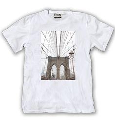 Art 110 C - Remera Photos (Foto tomada en Brooklyn Bridge-Nueva York) Tela: Algodón 30/1 con estampa en sublimación digital sobre poliéster aplicada a la remera.  Talles: S - M - L