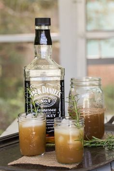 This Apple Rosemary Whiskey Cocktail Recipe makes a pitcher! Making it perfect for game day cocktails or football parties! Jack Daniels Cocktails, Whiskey Cocktails, Cocktail Drinks, Fall Drinks, Holiday Cocktails, Mixed Drinks, Tennessee Honey Whiskey, Rosemary Cocktail, Cheers