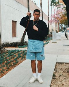 "Gefällt 817.4 Tsd. Mal, 7,379 Kommentare - BAD | BUNNY (@badbunnypr) auf Instagram: ""yo solo soy un chamaquito que le mete cabron "" Shorts, Overalls, Bunny Outfit, Bunny Costume, Urban Outfits, Look Cool, Streetwear, Menswear, Fashion Looks"