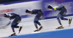 Equipe da Coréia de patins durante corrida perseguição de equipe na Copa do Mundo de Speedskating em Heerenveen, na Holanda