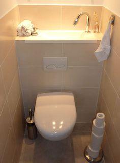 WC suspendu avec lave-mains, habillé de carrelage beige