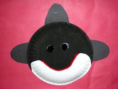 Orca whale Made out of small paper plates Sea Animal Crafts, Whale Crafts, Ocean Crafts, Dinosaur Crafts, Paper Plate Crafts, Paper Plates, Under The Sea Crafts, Ocean Activities, Vocabulary Activities
