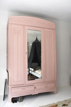 M Word Mag | girls room, canopy, pink closet, vintage closet, pink mirror, vintage, kelim, rozen kelim, flexa, room for kids, kids room, interior, white floor, cam cam cph