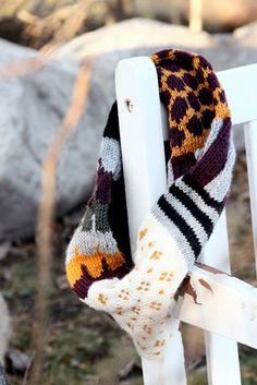 Harmaavarpunen ja värikäs makkara.Täällä flunssaillaan edelleen. Suuremmin ei ulkoilmaa ole... Little Ones, Headbands, Knit Crochet, Knitting Patterns, Scarves, Embroidery, Lady, Crocheting, Socks