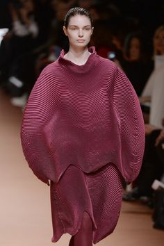 Pleats please? @IsseyMiyakeNYC draws out the cosy looking ovoid shapes for #AW14 #PFW