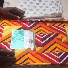 """Yebba Styling op Instagram: """"In dit filmpje laat ik je zien hoe je een sticker van een Vliscowax afhaalt. Benodigdheden: een strijkijzer, een theedoek en Afrikaanse…"""" African Fashion, Playing Cards, Stickers, Prints, Instagram, Atelier, Playing Card Games, African Wear, Game Cards"""
