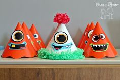 Os chapéus de festa que tinham olhos e bocas de monstro.