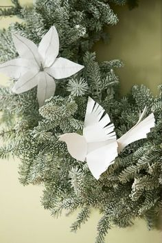 Paper Birds: Every tree could use a symbol of hope and peace. Click through for more DIY Christmas ornaments you'll love!