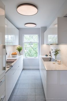 Clara by Piero Lissoni is a contemporary ceiling lamp that expertly blends minimalist style with smart use of materials to bring an alluring glow to the kitchen. The dimmable LED fixture gives the ideal amount of warm light to this bright, white kitchen interior.   Photo by Leicht Seattle.  #flos #floslighting #lightingdesign #italiandesign #interiordesign #designinspiration #interiorinspiration #modernlighting #contemporarylighting #pendantlight #kitchenlighting #kitchendesignideas White Kitchen Interior, White Farmhouse Kitchens, Modern Kitchen Lighting, Modern Ceiling, Kitchen Decor, Kitchen Design, Luxury Homes Dream Houses, Dream Homes, Dimmable Led Lights