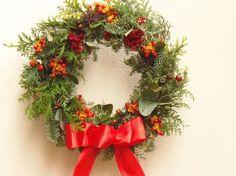 3wayのリースです 今の時期はクリスマスリースとしてリボンをつけた状態で取り付け用のワイヤーの先端から縦約46cmです お正月は金色の木の実や赤い小物を付け...|ハンドメイド、手作り、手仕事品の通販・販売・購入ならCreema。