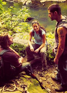 Josh Holloway (Sawyer), Evangeline Lilly (Kate) and Matthew Fox (Jack) on the set of LOST.