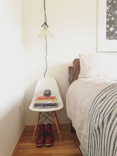 Eames chair as nightstand Lofts, Eames, Wit And Delight, Interior And Exterior, Interior Design, Minimal Home, Guest Bedrooms, Guest Room, Minimalist Bedroom